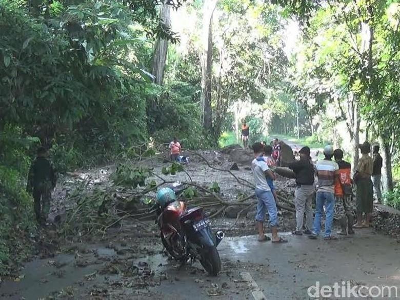 10 Titik Longsor di Lereng Penanggungan Tutup Jalur Antar Kecamatan