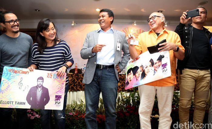 Cameron Smith, presenter CBS Radio; Paxton Baker, VP BET Network; Founder JJF Peter Gontha, Direktur Konsumer Banking BNI Anggoro Eko Cahyo, dan Direktur Utama Java Festival Production Dewi A.L Gontha saat memperlihatkan mock up Kartu BNI TapCash versi JJF 2017, di Jakarta, Rabu (01/03/2017).