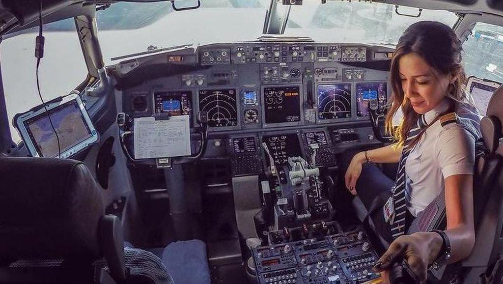 Pilot Cantik & Seksi Asal Belanda Ini Populer di Instagram