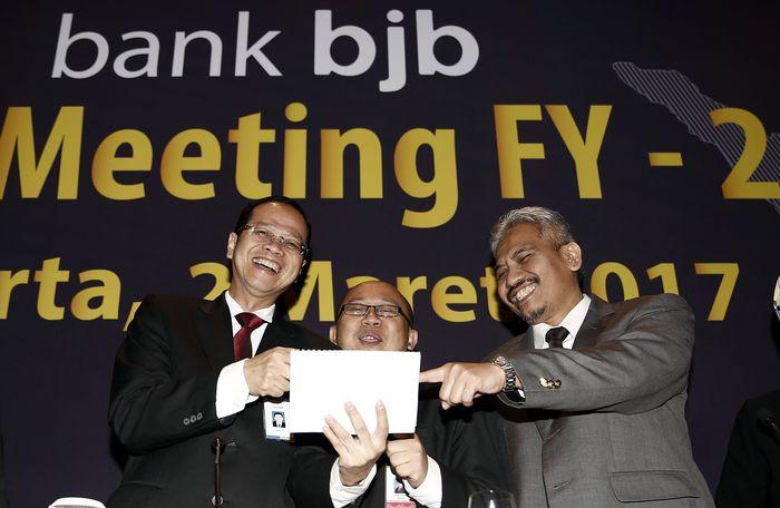 Direktur Utama Bank BJB Ahmad Irfan berbincang dengan Direktur Utama Bank BJB Syariah Yocie Gusman dan Plt Komisaris Utama Bank BJB Klemi Subiyantoro usai Analyst Meeting FY 2016 di Jakarta, Kamis (2/3). (Foto: dok BJB)