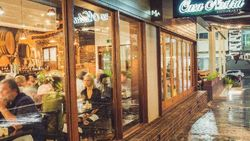 Orang-orang Ini Berurusan dengan Polisi karena Lakukan Hal Aneh di Restoran (1)