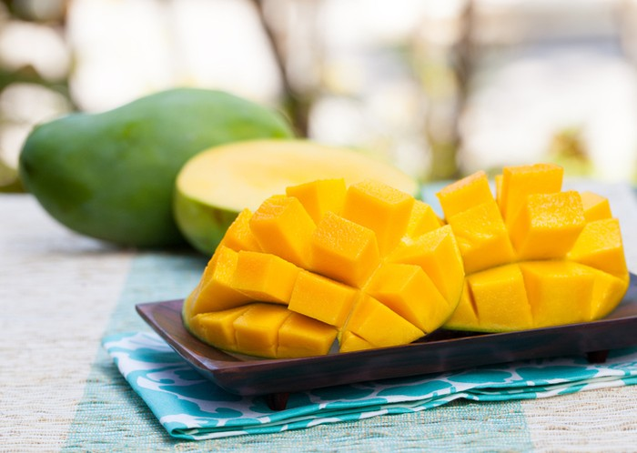 Satu buah mangga mengandung 45 gram gula. Jika Anda sedang diet, beberapa potong mangga sudah cukup untuk penuhi kebutuhan vitamin dan serat. Foto: iStock
