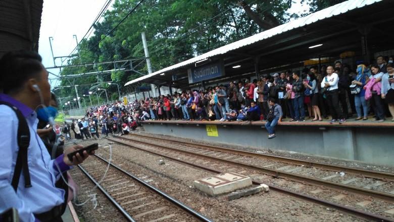 KRL Gangguan Pantograf, Penumpang Menumpuk di Stasiun Sudirman