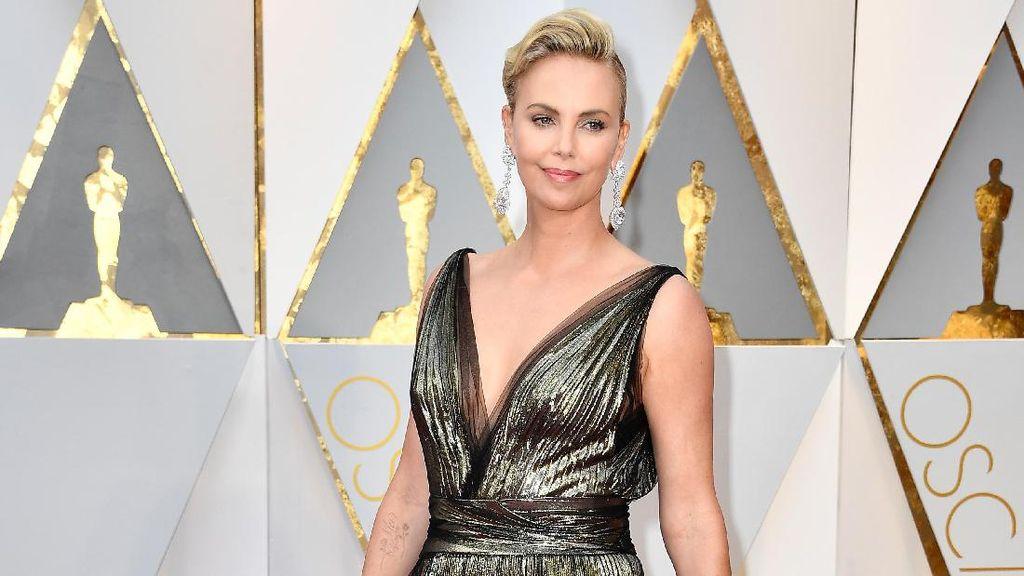 Dianggap Kurang Sopan, Gaun Charlize Theron di Oscar Kena Sensor Media Iran