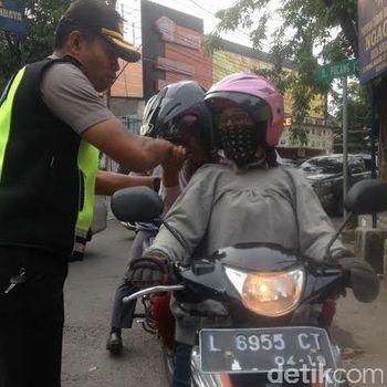 Polisi bagi-bagi susu bagi pengendara tertib