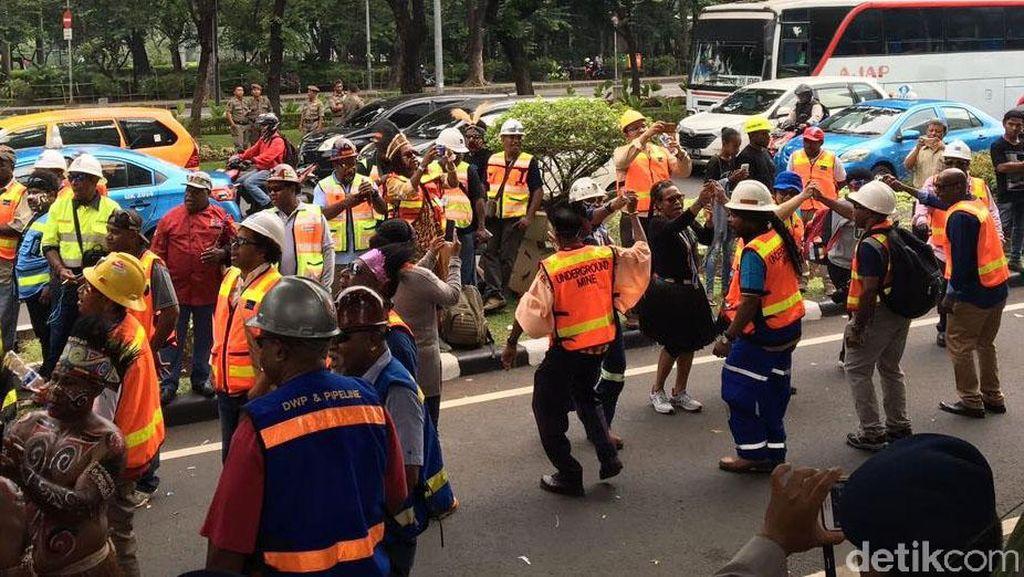 Ratusan Karyawan Freeport Berjoget di Depan Kementerian ESDM