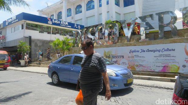 Dua orang dari rombongan Raja Salman jalan siang di mal di Kuta.