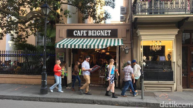 Liburan ke New Orleans, traveler bisa mampir ke Cafe Beignet yang terletak di area French Quarter. Sesuai namanya, kafe ini menjual panganan beignet yang khas New Orleans (Angga/detikTravel)