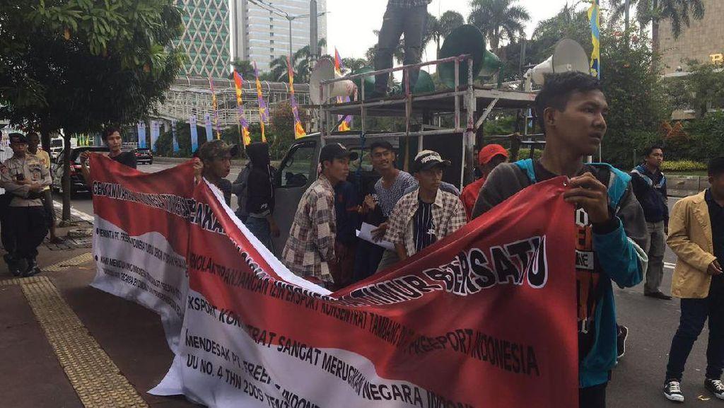 Berjarak 100 Meter, Ada Demo Karyawan Freeport dan Demo Anti Freeport