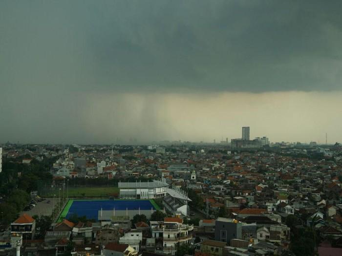 Cuaca ekstrem belakangan muncul karena adanya Siklon Cempaka. Kemenkes pun memberikan pesan kepada masyarakat.Foto: Rama Perdana