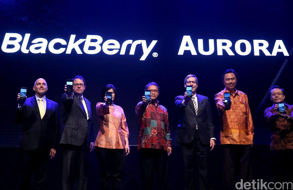 Menkominfo Rudiantara (tengah), Duta Besar Kanada untuk Indonesia, Y.M. Peter MacArthur (ketiga kanan) dan undangan VIP memperlihatkan BB Aurora saat peluncuran.