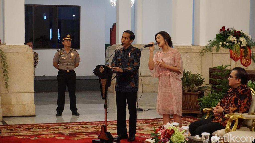 Jokowi Bagi-bagi Sepeda ke Raisa dan Musisi Indonesia di Istana