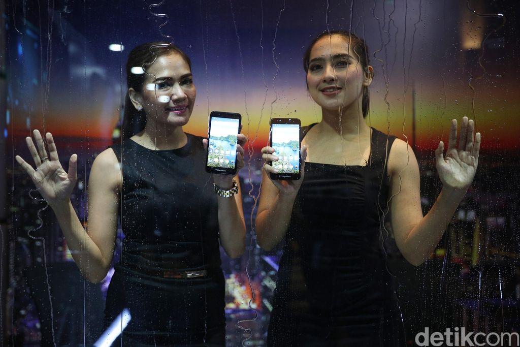 Model menunjukan BB Aurora yang diproduksi PT BlackBerry Merah Putih saat peluncuran di Senayan, Jakarta, Kamis (9/3/2017).