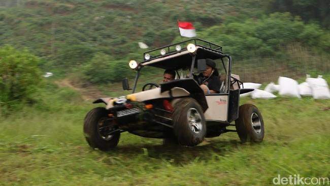 Melibas Medan Berat dengan Nyaman di Atas Mobnas Fin Komodo