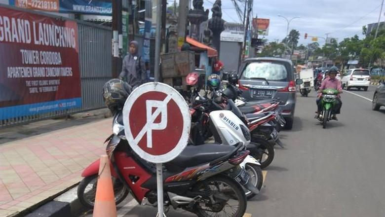 Kendaraan yang Parkir di Bahu Jalan Harus Ditindak Lebih Keras
