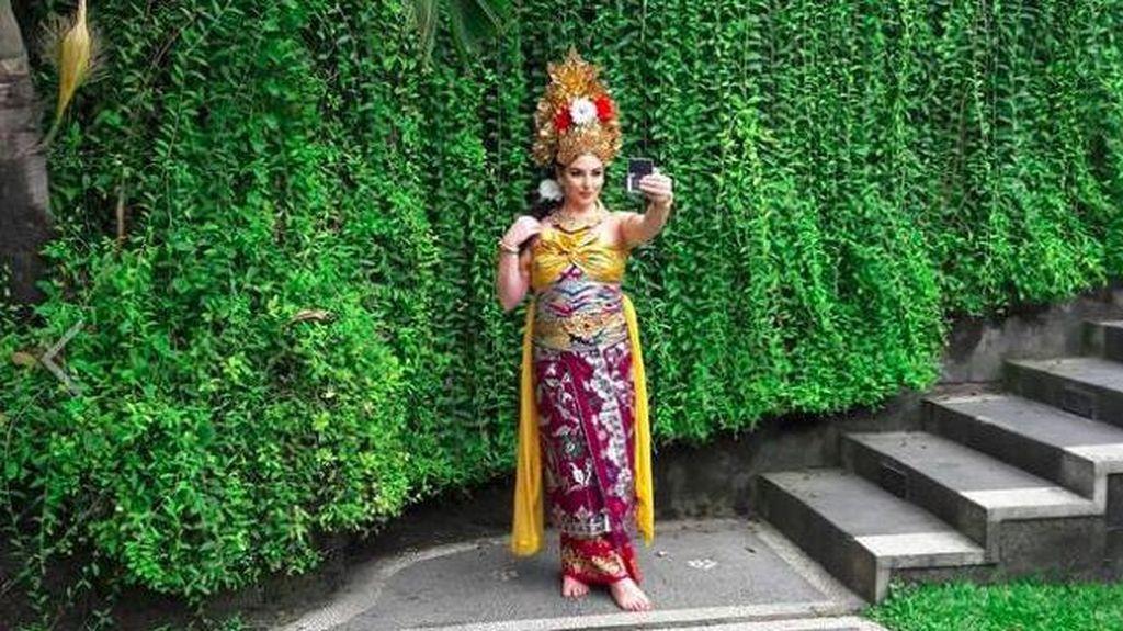 Tempat Pramugari Cantik Raja Salman Pakai Kostum Bali