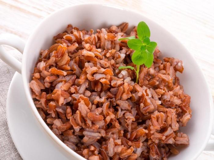 Dibanding nasi putih, nasi merah jauh lebih baik bagi pasien diabetes. Karena mengandung lebih tinggi serat yang dapat membantu memperlambat glukosa masuk ke aliran darah. Foto: Thinkstock