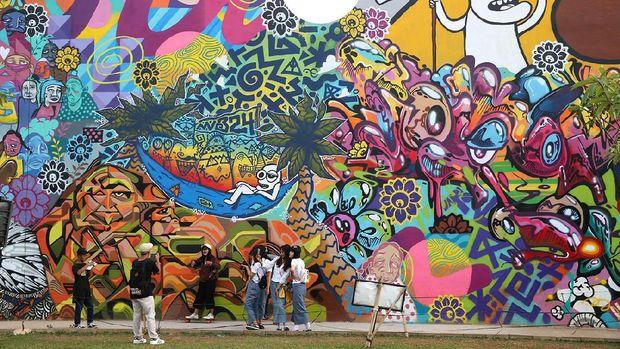 Tembok yang dipenuhi mural