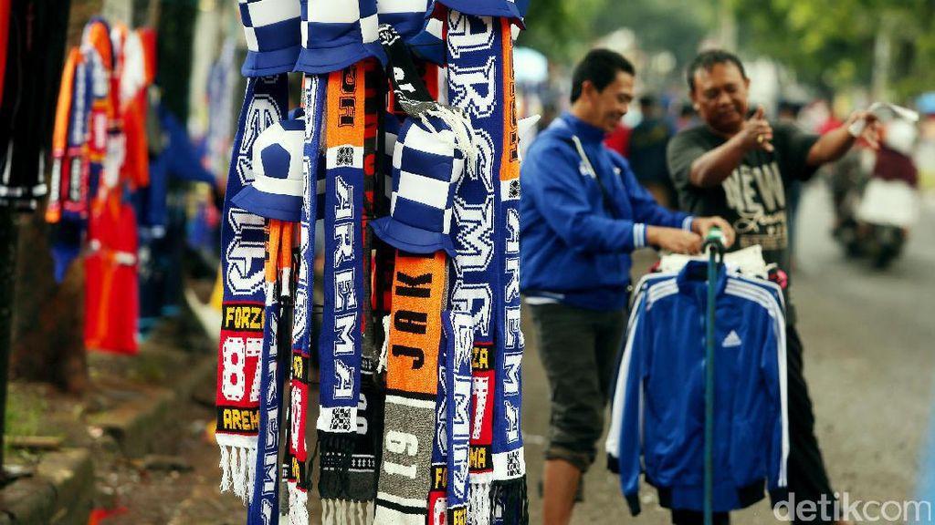 Pedagang Atribut Mulai Serbu Stadion Pakansari