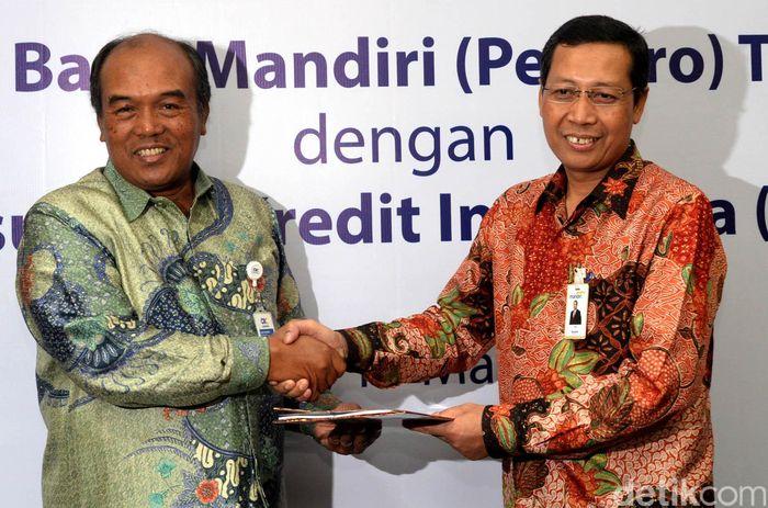 (Ki-ka) Direktur Utama PT Askrindo Budi Tjahjono dan Direktur Retail Banking Bank Mandiri Tardi dan usai penandatanganan perjanjian kerjasama penjaminan di Plaza Mandiri Jakarta, Senin (13/3).