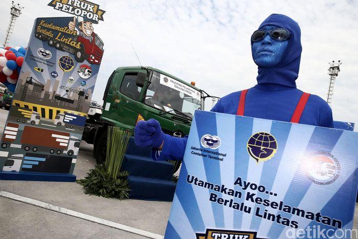 Kementerian Perhubungan (Kemenhub) bersama Asosiasi Pengusaha Truk Indonesia (Aptrindo) dan Jakarta Internasional Container Terminal (JICT) saat mendeklarasikan truk pelopor keselamatan berlalu lintas di Tanjung Priok, Jakarta, Senin (13/3/2017).