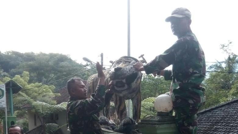 Ramai di Medsos, Patung Macan Lucu Koramil Cisewu Dibongkar