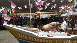 Kepala Seekor Sapi Dilarung Sebagai Wujud Syukur di Pasuruan