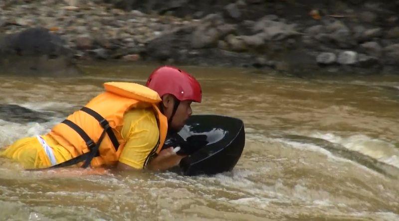 Foto: Di Garut, Jawa Barat, kini telah hadir objek wisata baru yang siap memacu adrenalin kamu dalam menaklukan sungai. Adalah River Boarding atau berselancar di atas derasnya aliran Sungai Cikaengan (Hakim Ghani/detikTravel)