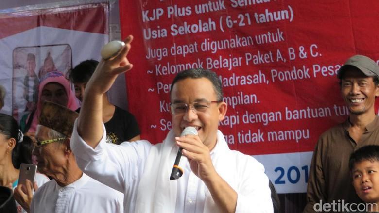 Anies Diberi Batu Pandan Jumbo Saat Kampanye di Cengkareng