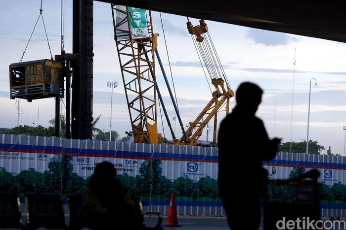 Tampak pembangunan stasiun kereta api di Terminal 2 Bandara Internasional Soekarno-Hatta.