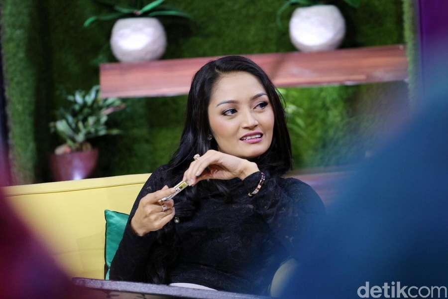 Lekuk Tubuh Seksi Siti Badriah