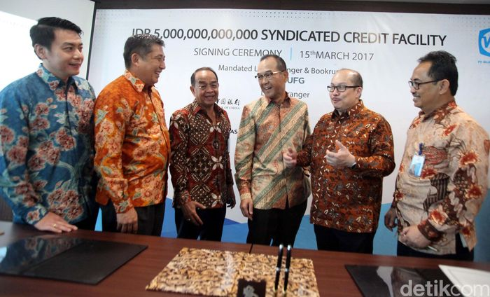 Direktur Utama PT Wijaya Karya (WIKA), Bintang Perbowo, bersama Direktur Keuangan, A.N.S. Kosasih, DirekturOperasi I GandiraGutawa, berbincang dengan Executive Officer & GM Jakarta Branch The Bank of Tokyo - Mitsubishi UFJ ,Ltd Yusuke Katsuta, Deputy GM & EVP Head of Global Corporate Banking & Financial Institution Pancaran Affendi, dan GM Asian Invesment Banking  Division, Koichiro Oshima seusai menandatangani kredit sindikasi di Jakarta, Rabu (15/03/2017).