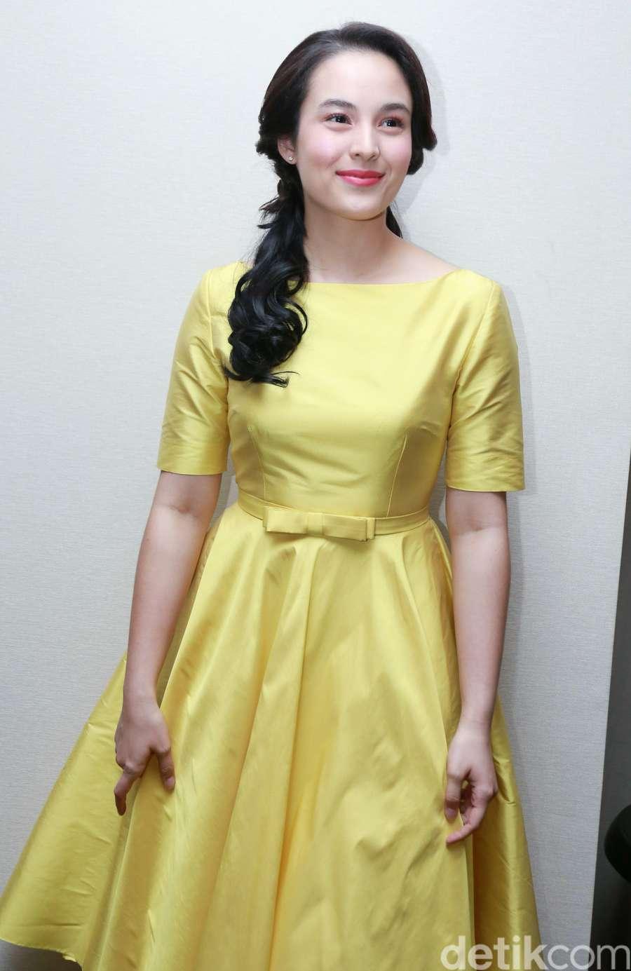 Bergaun Kuning, Chelsea Islan Cocoknya Jadi Putri Disney Apa?