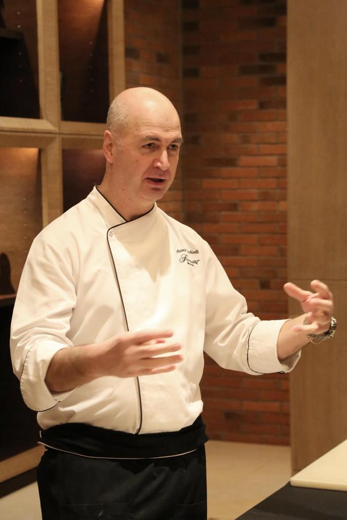 Chef Antonio Facchinetti berasal dari restoran Prego di Fairmont Singapura. Chef kelahiran Italia ini ahli meracik hidangan Italia terutama pasta segar.