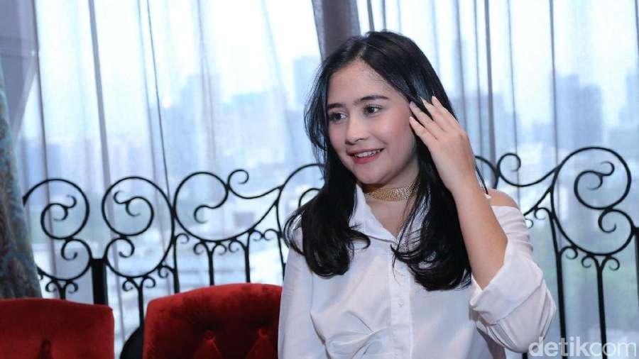 Senyum Manis Prilly Latuconsina