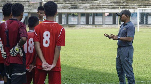 Fakhri Husaini saat mengevaluasi penampilan para pemain Timnas Indonesia U-16 pada sesi latihan. (