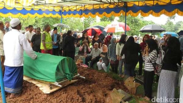Isak Tangis Iringi Pemakaman Pahinggar Indrawan di TPU Jeruk Purut