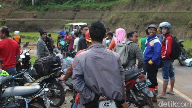 Longsor di Cisewu, Warga Kesulitan Akses Jalan