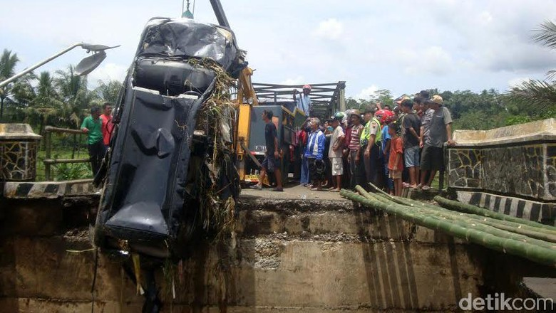 BPBD Purbalingga Berhasil Evakuasi Mobil dari Sungai Klawing