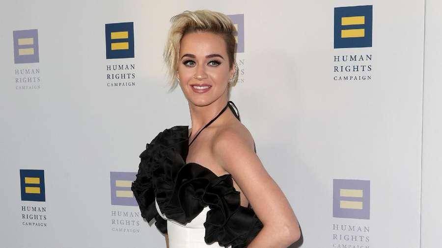 Sexy and Chic! Penampilan Katy Perry Bergaun Hitam-Putih