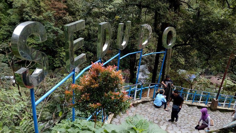 Air terjun yang memiliki ketinggian kurang lebih 105 meter ini, terletak di Desa Ngliman Kecamatan Sawahan tepatnya terletak di Gunung Wilis pada ketinggian 1.438 mdpl. Lokasi ini sekitar 30 kilometer dari pusat Kota Nganjuk (Enggran Eko Budianto/detikTravel)