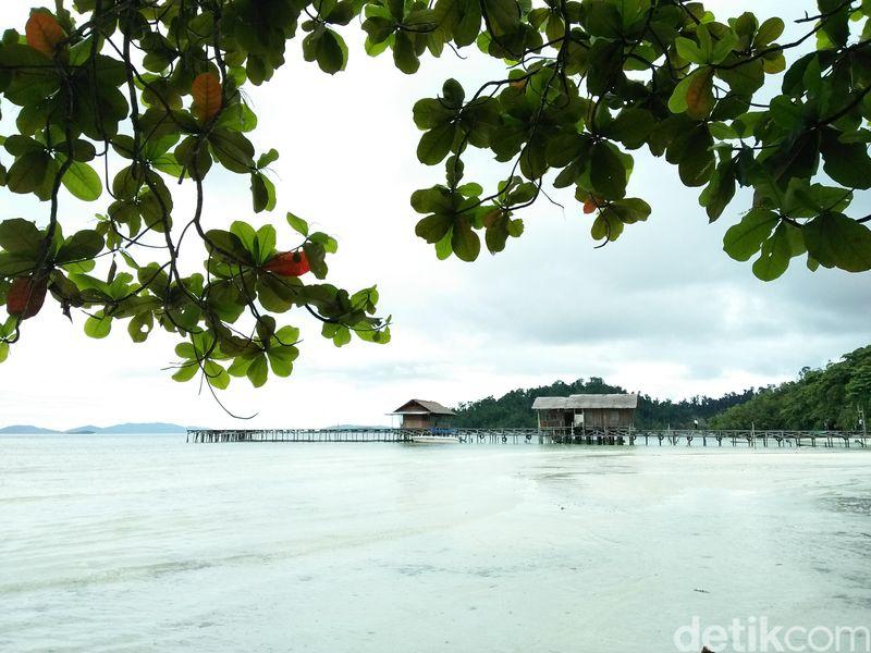 Foto: Pantai Waiwo hanya berjarak 10 menit dari Kota Waisai. Pantai ini memiliki pasir putih yang lembut dan air yang jernih (Bonauli/detikTravel)