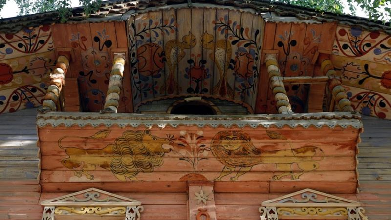 Ukiran di jendela ini ditambah lagi dengan lukisan-lukisan yang terdapat di bagian dinding dan atap rumah, makin membuat rumah tersebut unik (Maxim Shemetov/Reuters)