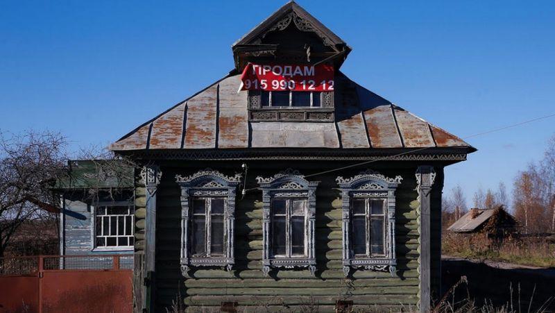 Rumah berarsitektur asli Rusia ini keberadaannya makin tergerus zaman, tapi nilai sejarahnya membuat rumah ini tidak boleh dilupakan begitu saja (Maxim Shemetov/Reuters)