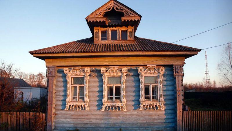 Pada bagian loteng rumah juga terdapat ornamen ukiran sebagai hiasan. Sangat disayangkan bila rumah-rumah bersejarah ini sampai punah (Maxim Shemetov/Reuters)