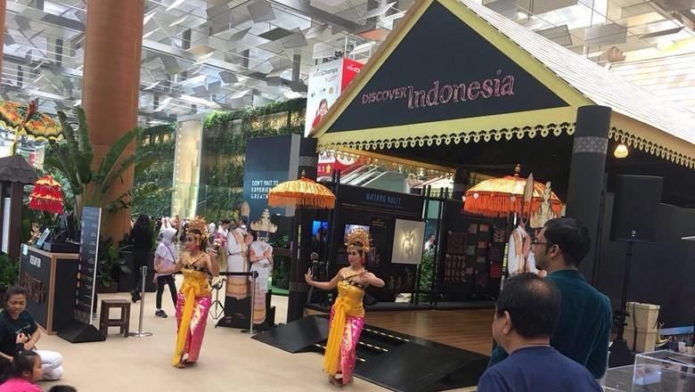 Pementasan kesenian Indonesia di Bandara Changi, Singapura (dok. Kemenpar)
