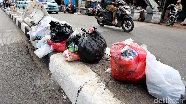Pembatas Jalan di Pulogadung jadi Tempat Sampah