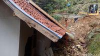Pasca Longsor di Cisewu, Akses Beberapa Jalan Masih Terputus