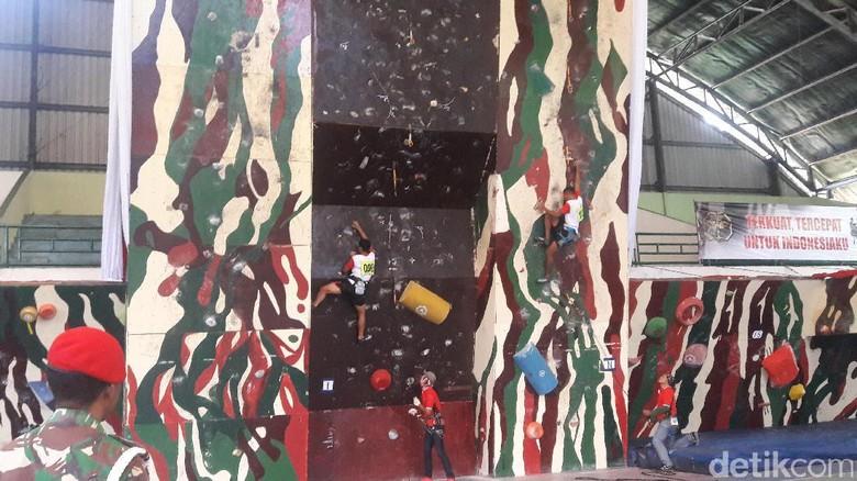 Ratusan Peserta Ikut Lomba Panjat Dinding Kopassus