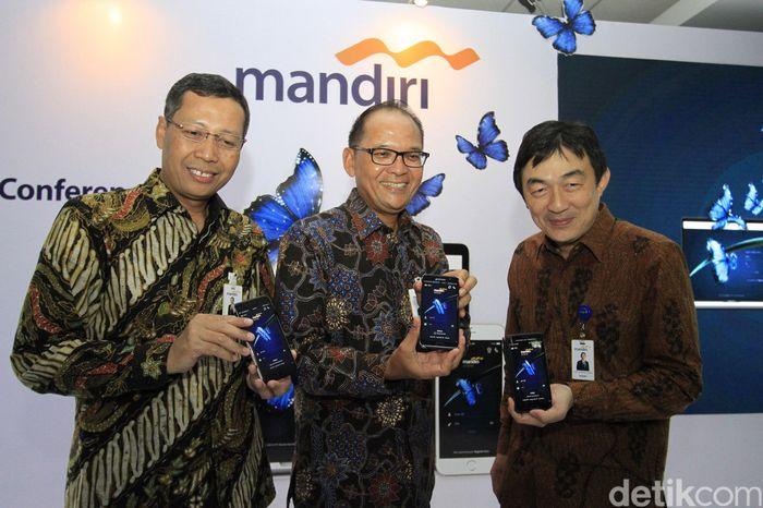 (Ki-ka) Direktur Retail Banking Bank Mandiri Tardi, Direktur Operations Ogi Prastomiyono, dan SEVP Chief Technology Officer Joseph G Godong menunjukkan tampilan layanan Mandiri Online pada layar telepon pintar di Jakarta, Selasa (21/3/2017).